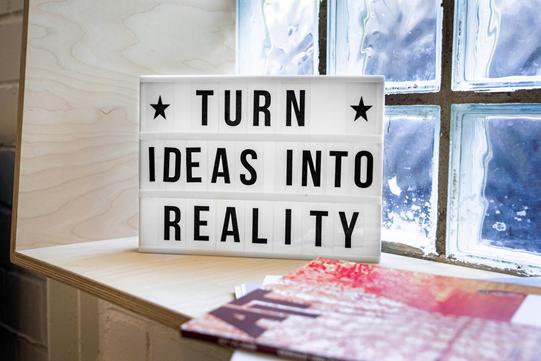 Para criar uma startup, é preciso ter ideias e transformá-las em realidade | Foto: Mika Baumeister